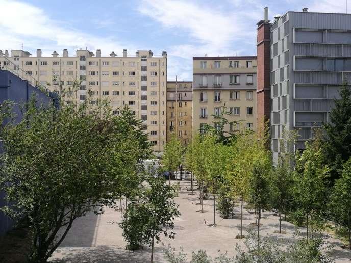 Le projet «Lisière d'une tierce forêt»a permis de transformer le parking d'un foyer d'Aubervilliers (Seine-Saint-Denis), géré par l'association Alteralia,en forêt urbaine.