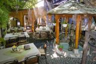 Dans un restaurant pratiquement désert de Mostar (Bosnie-Herzégovine), le 2 juillet.