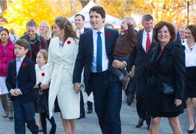 Le premier ministre canadien, Justin Trudeau, accompagné de son épouse, Sophie Grégoire-Trudeau, et de sa mère, Margaret,le 4 novembre 2015 à Ottawa.