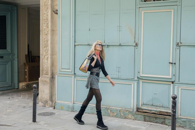 Arielle Dombasle dans la rue de Verneuil, à Paris, le 25 juin.