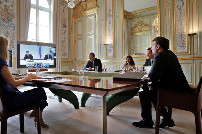 Le président Emmanuel Macron à l'Elysée en visioconférence avec le président serbe Aleksandar Vucic, le premier ministre kosovar, Avdullah Hoti et la chancelière allemande, Angela Merkel, le 10 juillet.