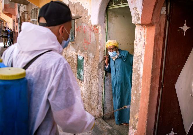 Un employé municipal désinfecte une rue de Safi, le 9 juin.