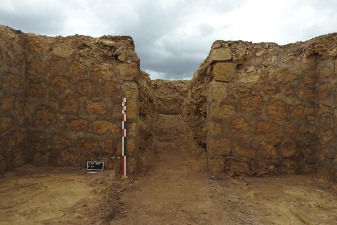 Chaque soute à munitions, construite dans le sol avec des blocs de calcaire, était desservie par une tranchée.