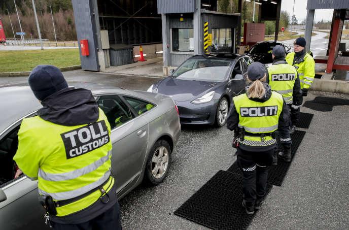 Des douaniers et des policiers contrôlent les conducteurs à la frontière entre la Norvège et la Suède, le 16 mars à Swinesund.