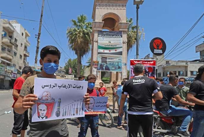 Des Syriens manifestent contre la politique russe visant à faire fermer les points de passage permettant d'acheminer l'aide humanitaire, le 10 juillet à Idlib.