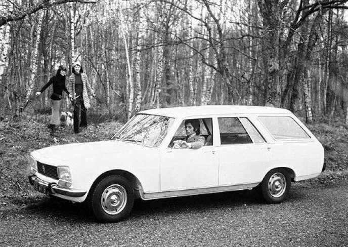 Publicité montrant un homme au volant d'une Peugeot 504 break, en 1971.