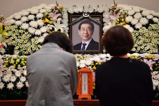Deux femmes se recueillent, vendredi 10 juillet, à l'hôpital de l'université nationale de Séoul, devant le portrait du maire Park Won-soon, quelques heures après l'annonce de sa mort.