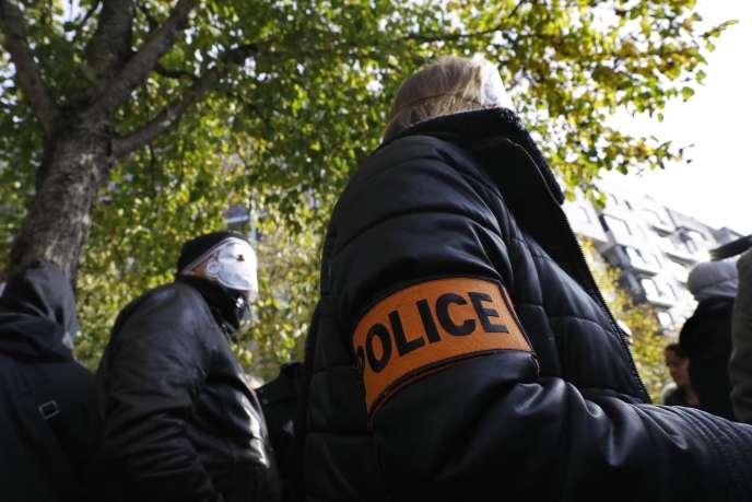 Des policiers masqués participent à une manifestation devant le siège de l'Inspection générale de la police nationale (IGPN), lors de l'audition d'un de leur collègue, à Paris, en 2016.