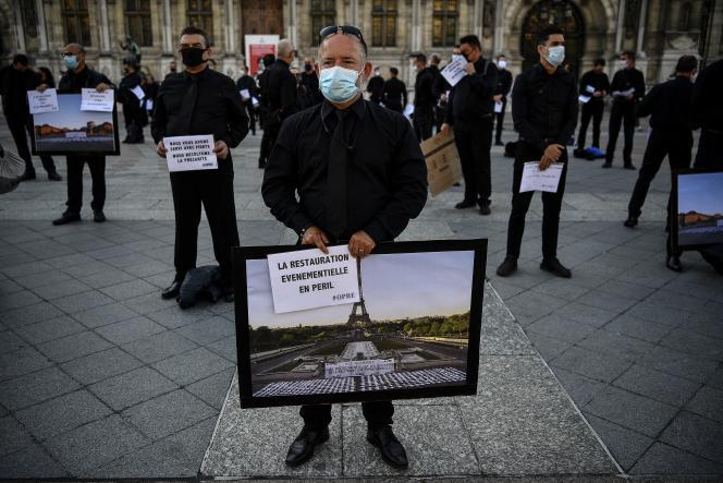 Lors d'une manifestation des employés de la restauration événementielle, devant la mairie de Paris, le 24 juin.