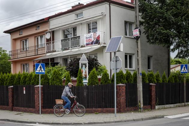 Une affiche de soutien auprésident sortant, Andrzej Duda, candidat du parti national-conservateur Droit et justice (PiS), est accrochée au balcon d'une résidence privée à Minsk Mazowieck (Pologne) le 8 juillet.