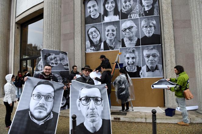 Des participants de la convention citoyenne pour le climat, devant le Conseil économique, social et environnemental, à Paris, le 5 mars.