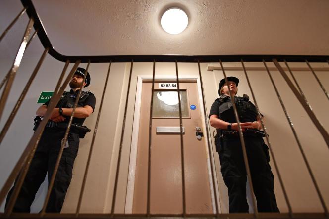 Des policiers britanniques à Reading, à l'ouest de Londres, en juin.