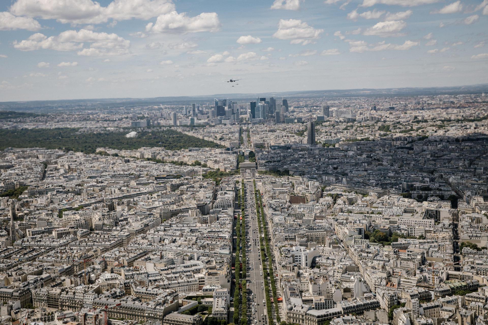 Au loin, La Défense, vue du ciel, le 9 juillet.