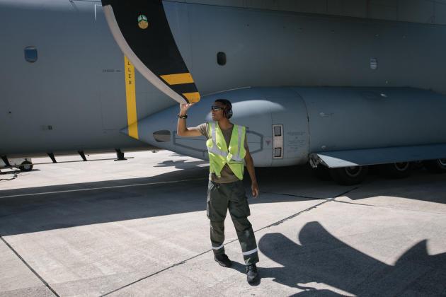 Un mécanicien participe aux vérifications nécessaires à effectuer sur l'avion, après son retour à la based'Orléans-Bricy, le 9 juillet.