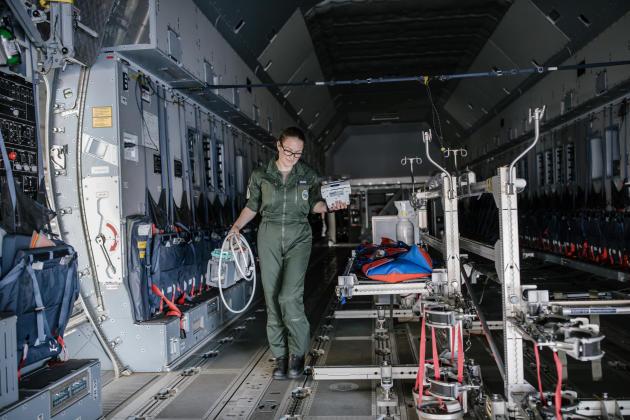 Marion, infirmière sur l'opération «Résilience» transportant des patients atteints du Covid-19, décharge l'A400M des appareils médicaux.