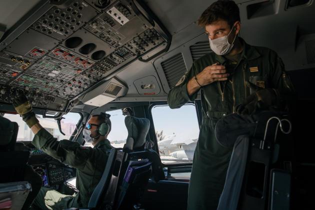 Dans le cockpit : le capitaine Dorian, 29ans (droite), et le capitaine Aurélien (gauche), 35ans.