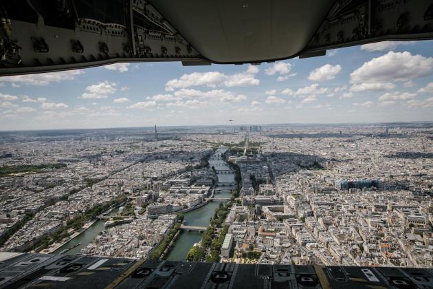 Le Seine se découvre au sol depuis la rampe ouverte de l'avion militaire, à Paris, le 9juillet.