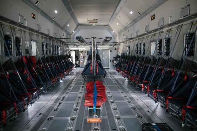 L'appareil peut transporter jusqu'à 37 tonnes de fret sur 4500 km avec 116 soldats, mais aussi des véhicules militaires.