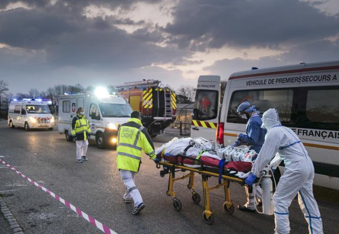 Un malade atteint du Covid-19 emmené vers un TGV médicalisé pour rejoindre une région moins touchée par l'épidémie, à Mulhouse (Haut-Rhin), le 29 mars.