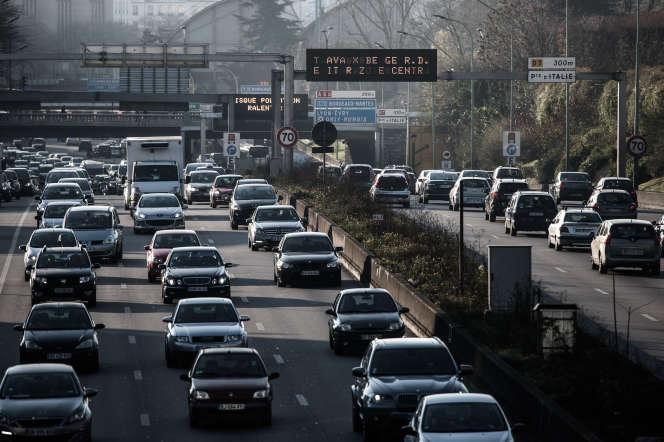 Des voitures sur le périphérique parisien, en décembre 2016.