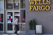 Devant une agence Wells Fargo, à West Hollywood, en Californie, le 15 mai.