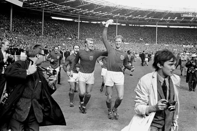 Jack Charlton, à droite, parade avec la coupe du monde à la main, aux côtés de son coéquipier Bobby Moore, à Wembley, le30 juillet 1966.