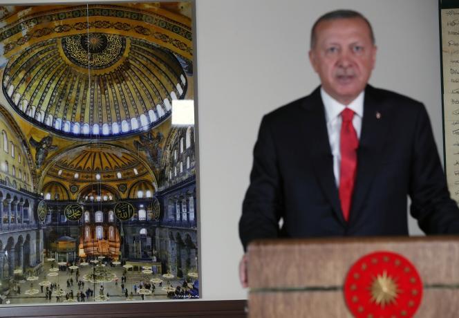 Le président turc Tayyip Erdogan, adresse un messsage télévisé à la nation, le 10 juillet à Ankara, avec une photo de Sainte-Sophie en arrière-plan.
