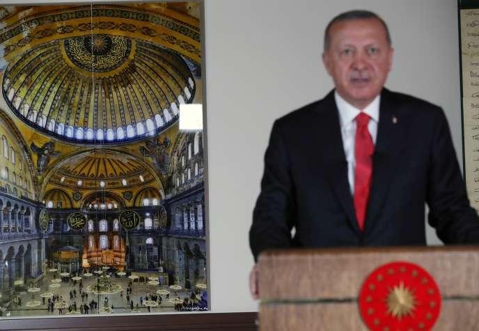 Türkiye Cumhurbaşkanı Tayyip Erdoğan, 10 Temmuz'da Ankara'da, Ayasofya'nın arka planında çekilmiş bir fotoğrafı ile millete televizyonda mesaj atıyor.