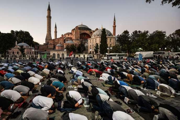 Une prière devant la basilique Sainte-Sophie d'Istanbul, qui doit devenir une mosquée dans les prochaines semaines, le 10 juillet.