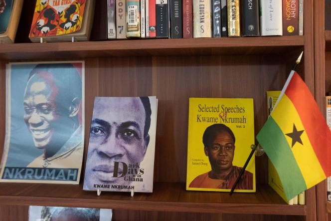 Les livres de Kwame Nkrumah, père du panafricanisme, anticolonialiste et premier président du Ghana, sont en bonne place sur les étagères de la Library of Africa and the African Diaspora (Loatad) à Accra, le 2 juillet 2020.
