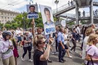 Des manifestants brandissent des portraits de Sergueï Furgal, à Khabarovsk, samedi 11 juillet.