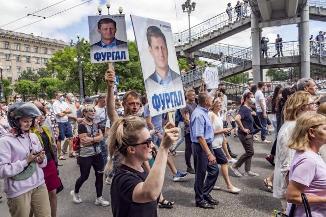 Des manifestants brandissent des portraits de Sergueï Furgal, à Khabarovsk, en Russie, le 11 juillet.