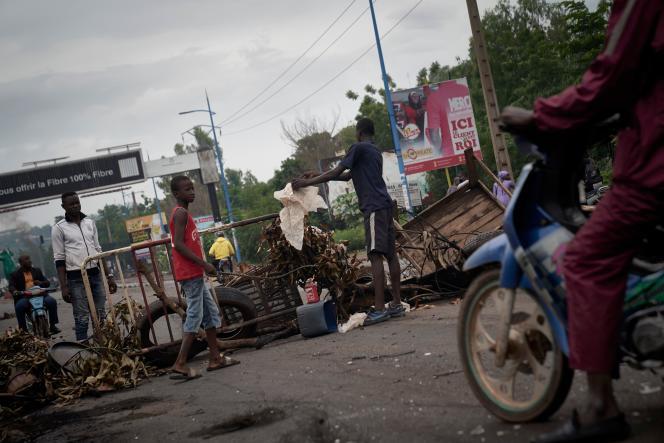 Des manifestants élèvent une barricade pour bloquer la circulation sur le pont des martyrs, à Bamako, au Mali, le 11 juillet.