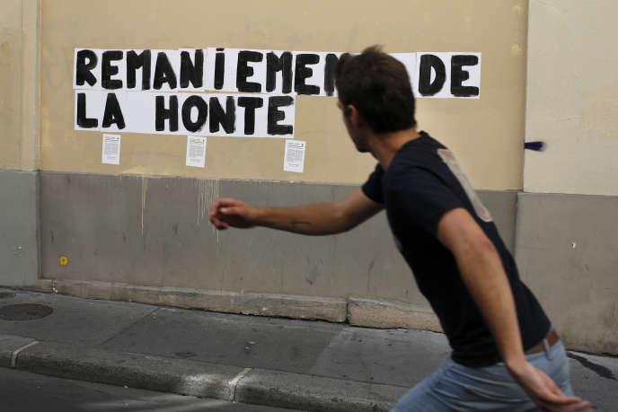 Un skateboarder passe devant un slogan féministe, le 11 juillet à Paris.