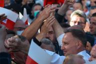 Le président polonais et candidat à sa succession, Andrzej Duda, salue ses partisans à Lomza, dans le centre de la Pologne, le 7 juillet.