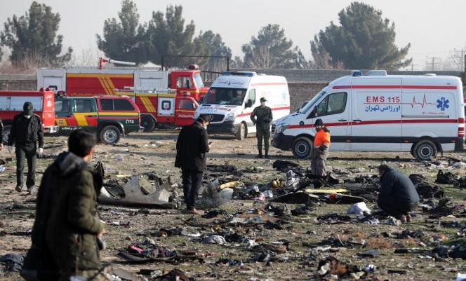 Les équipes de secours sur le lieu du crash du Boeing 737 ukrainien abattu peu après son décollage de Téhéran le 8janvier2020.
