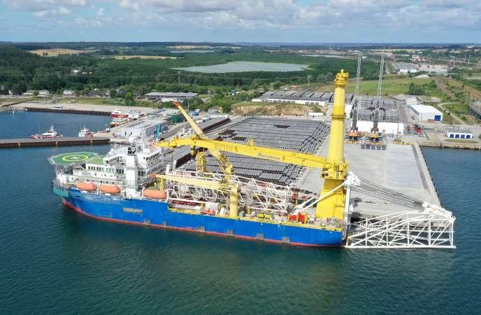 L'« Akademik-Cherskiy », un navire russe qui pourrait servir à achever la construction du gazoduc Nord Stream 2, à Mukran (Allemagne), le 7 juillet.