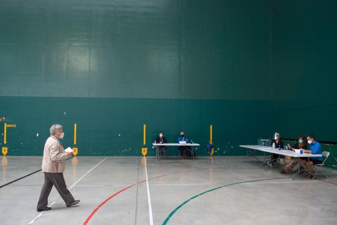 Un bureau de vote, installé dans le village d'Ataun, dans le Pays basque espagnol, le 12 juillet.