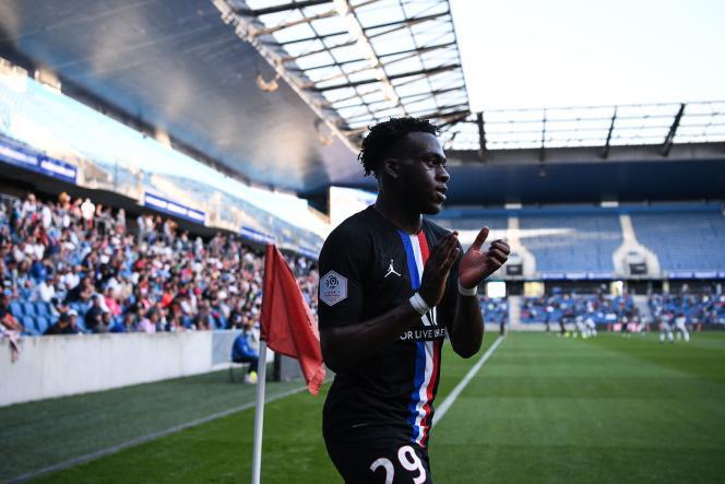 L'attaquant du PSG Arnaud Kalimuendo quitte le terrain, lors du match de football amical entre le Havre et le PSG, au Havre, le 12 juillet.