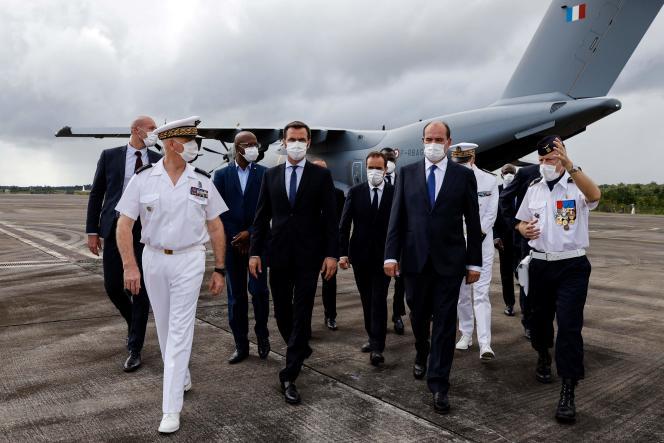 Le premier ministre, Jean Castex, entouré du ministre de la santé, Olivier Véran, et du ministre des outre-mer, à Matoury, près de Cayenne, dimanche.