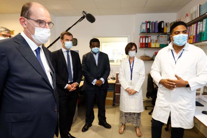 Le premier ministre, Jean Castex (à gauche), Olivier Véran, ministre de la santé, en visite au laboratoire de l'Institut Pasteur; à Cayenne, le 12juillet.