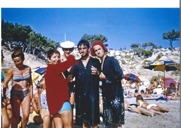 Gabrielle allumant la cigarette de Christian Rossi, sur la plage de Sainte-Croix, à Martigues (Bouches-du-Rhône), en juillet 1968.