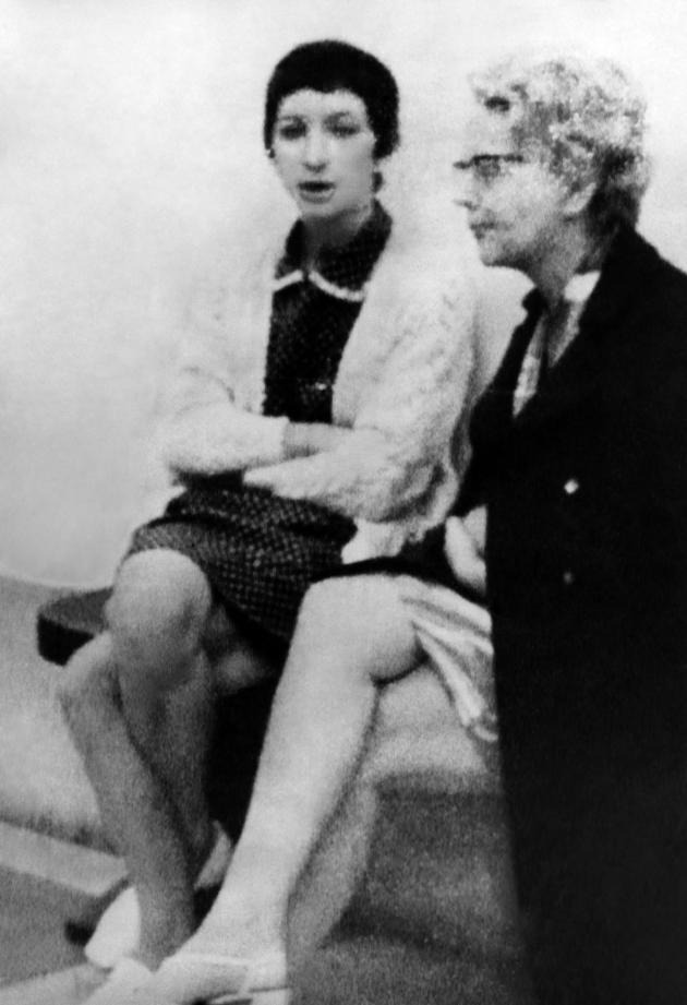 Gabrielle Russier et Gilberte Thouvenot, sa voisine et collègue de la tour Nord de Marseille, lors de son procès, à Aix-en-Provence, en juillet 1969.