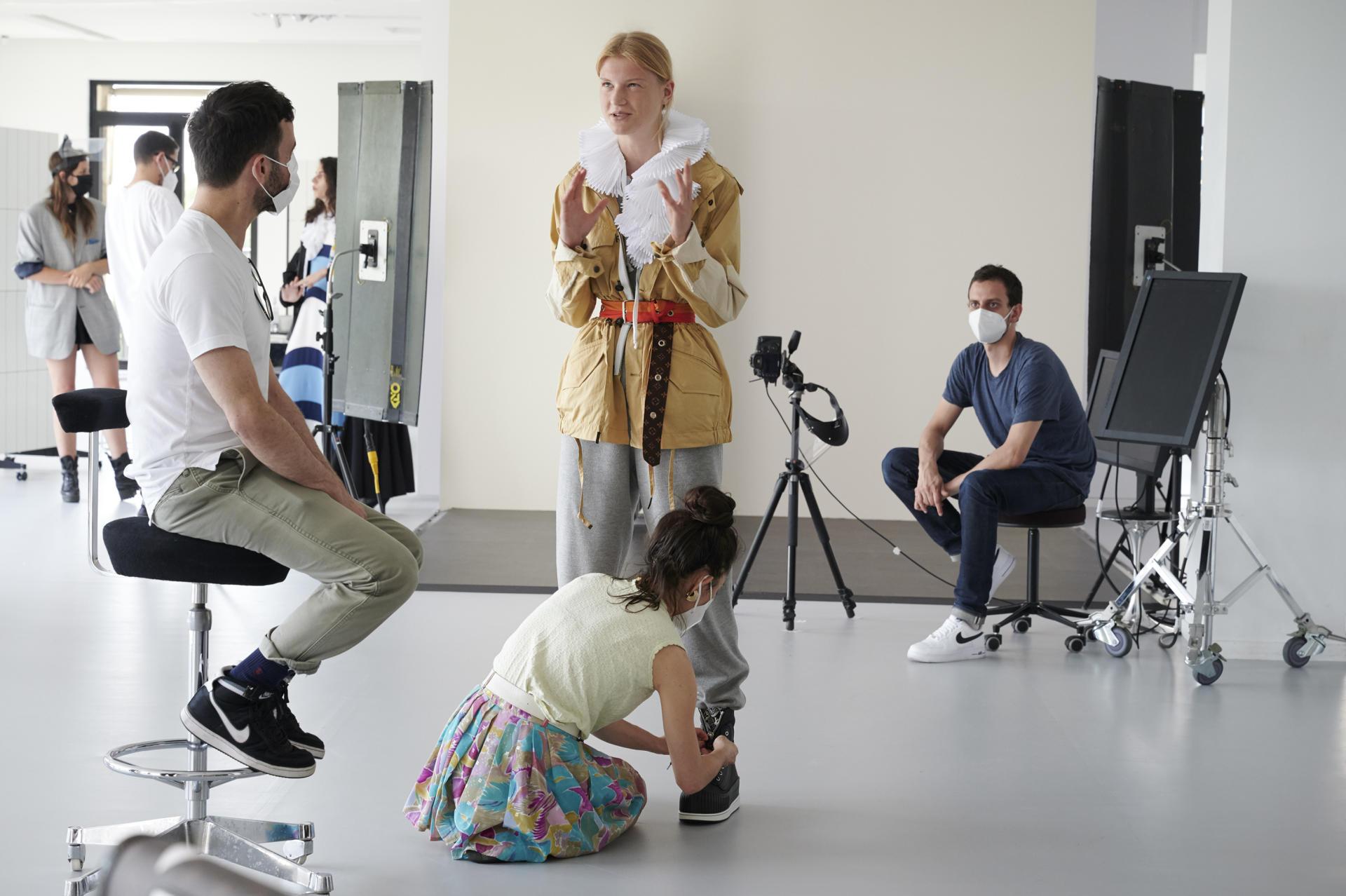 Nicolas Ghesquière (à gauche), dans le making of de la présentation Vuitton croisière 2021.