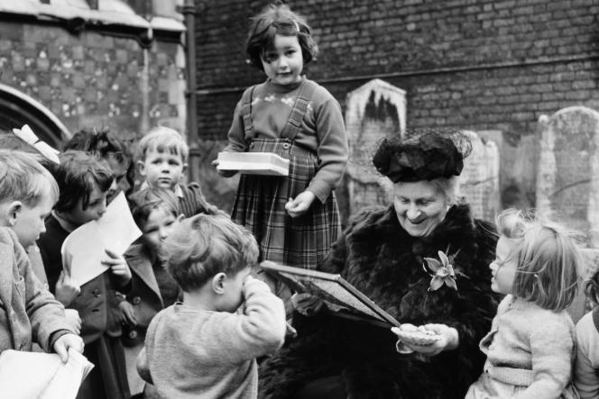Maria Montessori dans une école à Smithfield, à Londres en 1951.