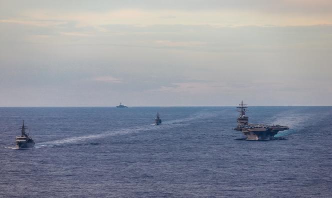 Des navires japonais aux côtés du porte-avions nucléaire américainUSS Ronald Reagan, le 7 juillet en mer de Chine méridionale.