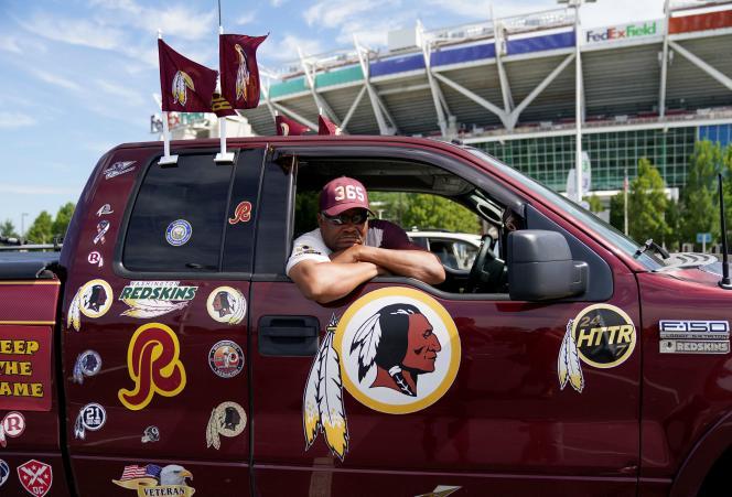 Un supporteur de l'équipe de football américain jusqu'ici nommée Redskins, devant le stade de Landover dans le Maryland, le 13 juillet.