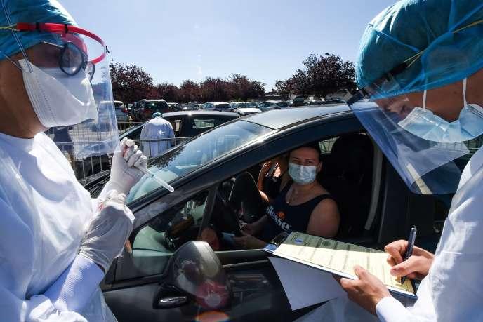 Campagne de dépistage du Covid-19 dans le parking de l'hôpital de Laval (Mayenne), le 9 juillet.