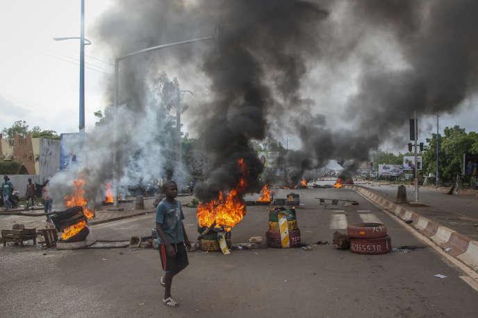 Des manifestants anti-gouvernement brûlent des pneus en signe de protestation à Bamako, le 10 juillet.