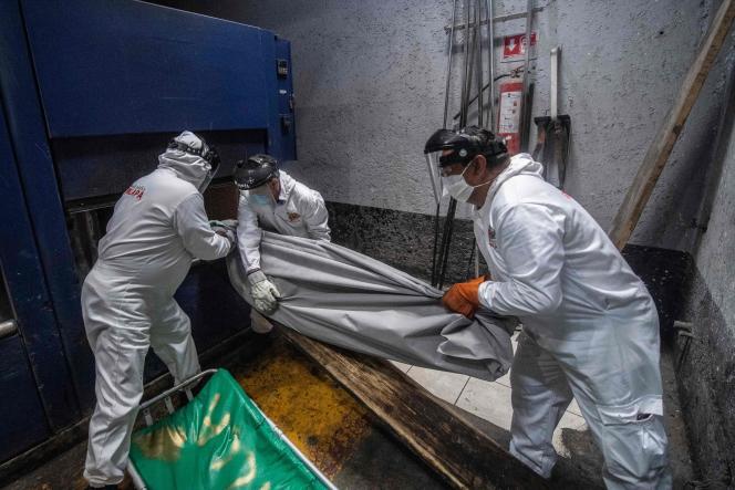Le 11 juin 2020, des employés du panthéon d'Iztapalapa prêts à incinérer le corps d'une victime du Covid-19, à Mexico City.